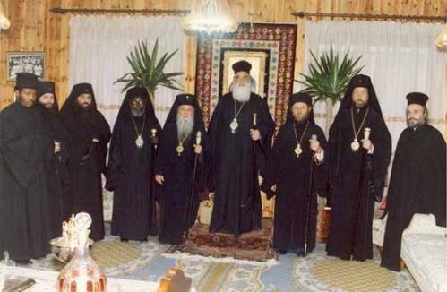 Patriarcha Jerozolimski Diodor wraz z greckimi hierarchami zachowującymi cerkiewny kalendarz, Starostylny monaster św. Cypriana i Justyny Fili, Attyka-Ateny. Na końcu z prawej obecny prześladowany patriarcha Jerozolimy Ireneusz.